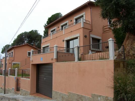 Два новых дома с великолепным видом в г.Ллорет де мар
