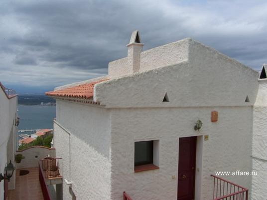 Таунхаус в окрестностях Росаса  с панорамным видом на залив и горы.