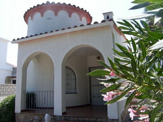 Дом возле коммерческой зоны г.  Ампуриябрава.