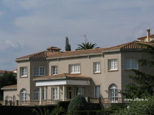 Особняк в окрестностях Росаса в классическом английском стиле.